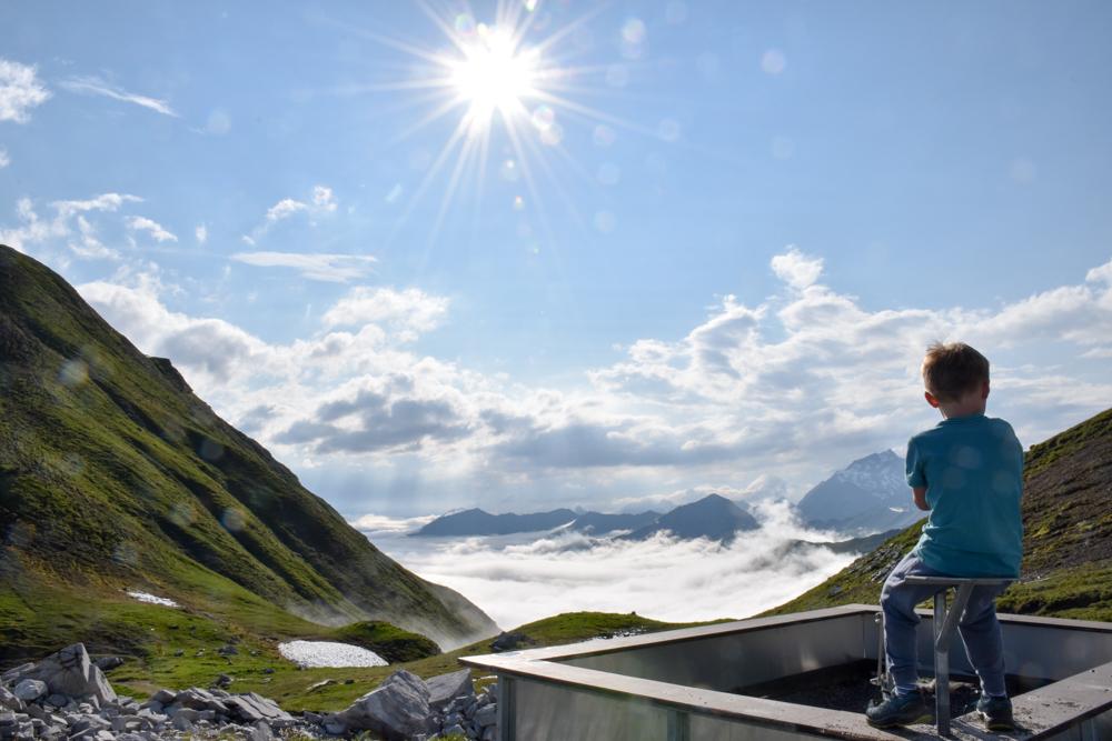 Carschinahütte SAC mit Kindern Prättigau Graubünden Schweiz einer der höchsten Sandkasten der Schweiz