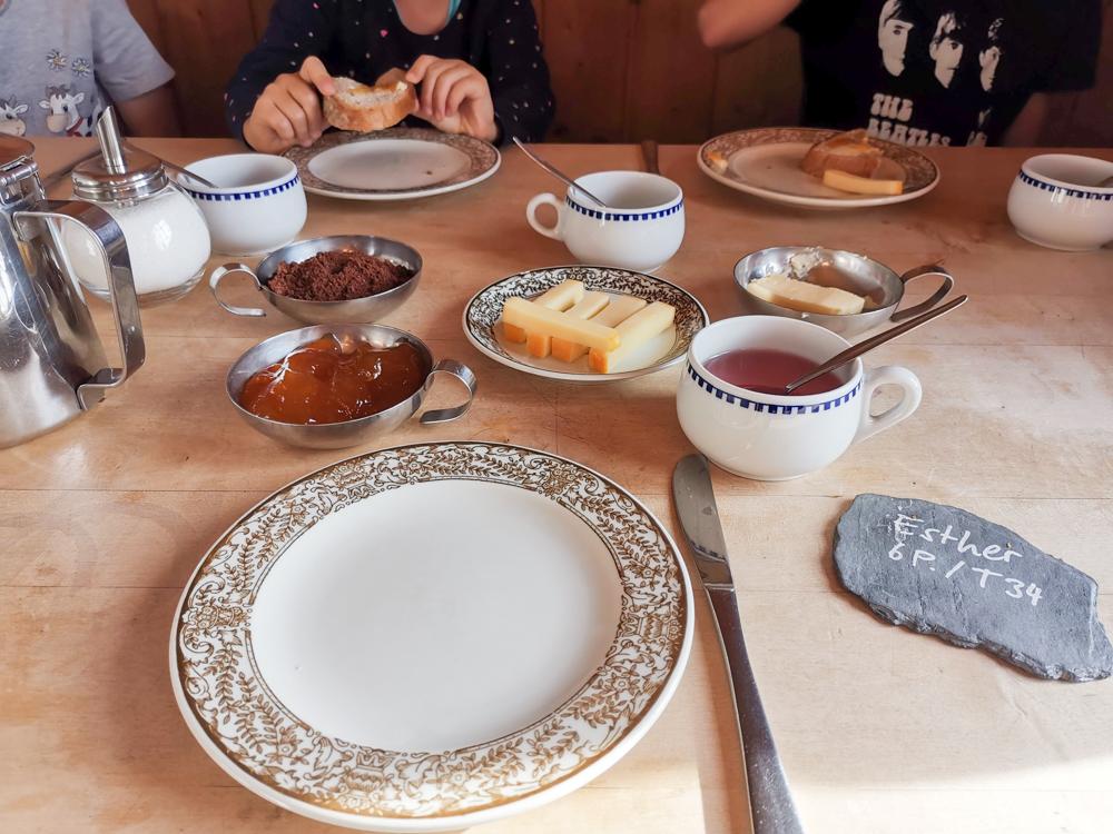 Carschinahütte SAC mit Kindern Prättigau Graubünden Schweiz feines Frühstück
