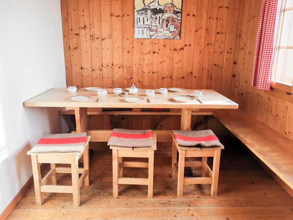 Carschinahütte SAC mit Kindern Prättigau Graubünden Schweiz gedeckter Tisch