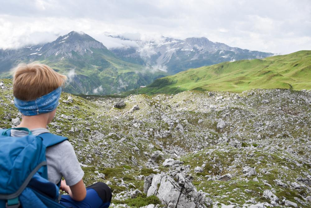 Carschinahütte SAC mit Kindern Prättigau Graubünden Schweiz kleiner Globetrotter geniesst die Aussicht