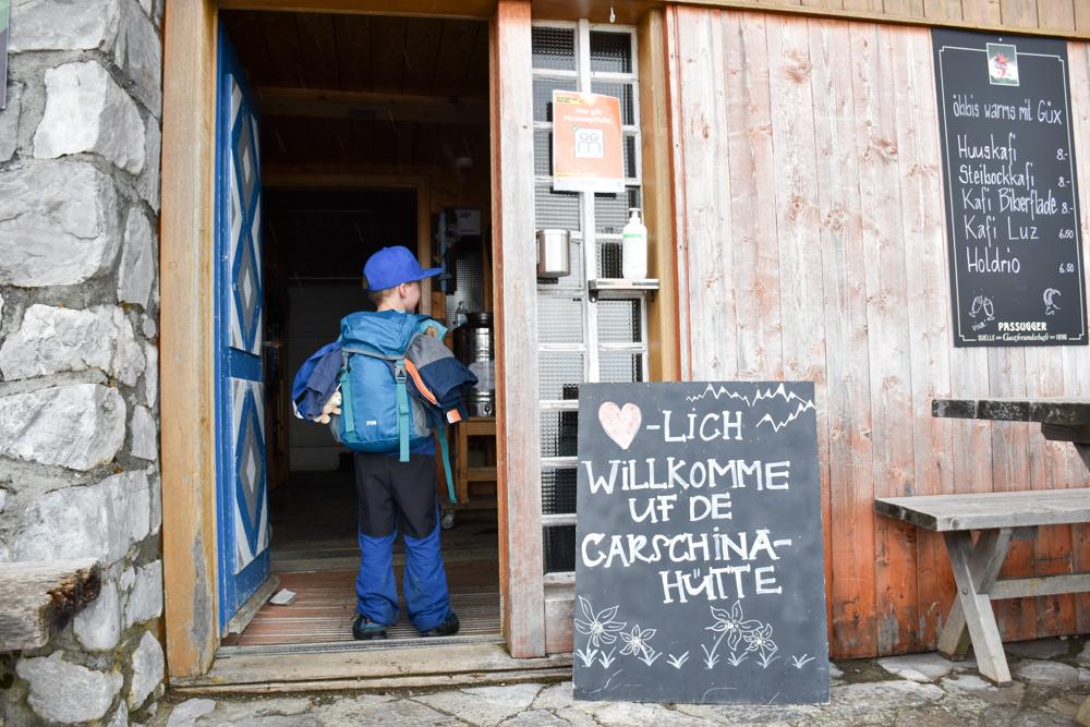 Carschinahütte SAC mit Kindern Prättigau Graubünden Schweiz kleiner Globetrotter in der Berghütte