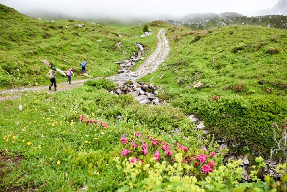 Carschinahütte SAC mit Kindern Prättigau Graubünden Schweiz motivierte kleine Wanderer