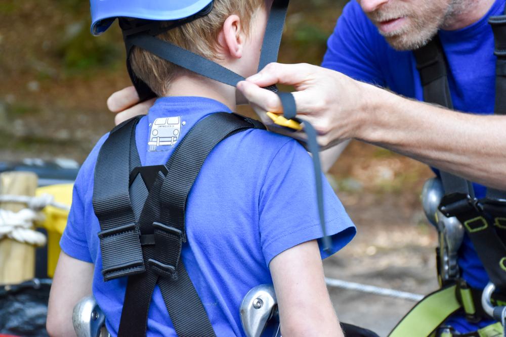 Ausflugstipp Erlebnisberg Golm Montafon Österreich Helm und Klettergurt im Waldseilpark