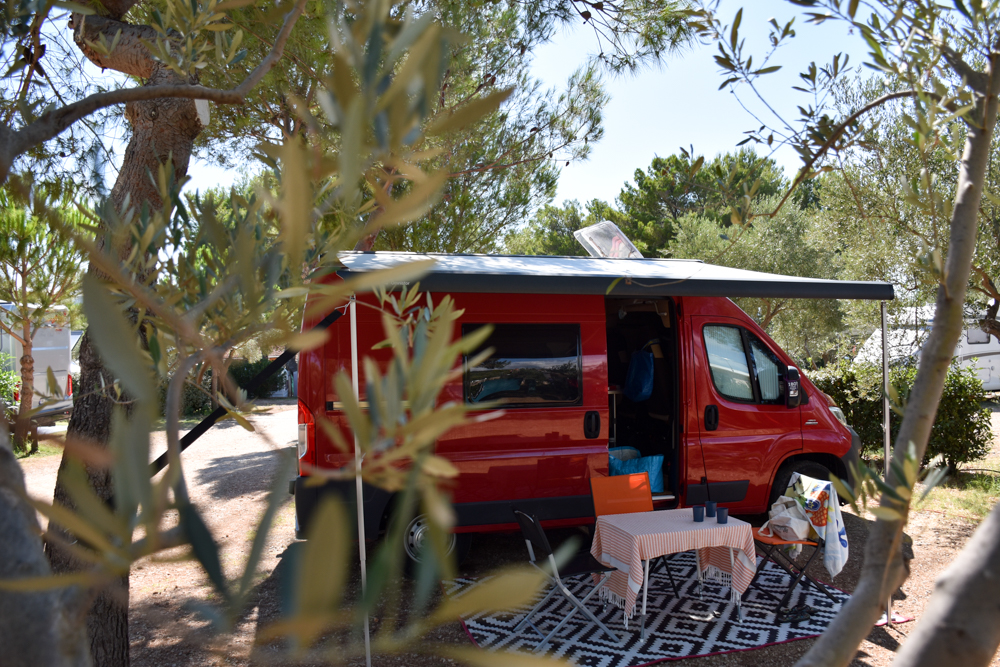 Camping Rundreise Kroatien Familie Stellplatz zwischen Olivenbäumen Camping Kovacine