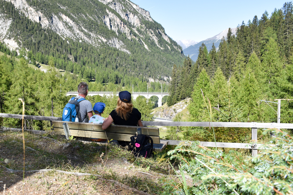 Ausflugstipp Bergün Graubünden Schweiz Bahnerlebnisweg Blick auf Viadukt