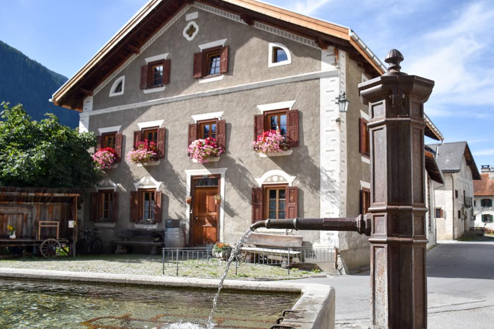 Ausflugstipp Bergün Graubünden Schweiz Dorfbrunnen Bergün