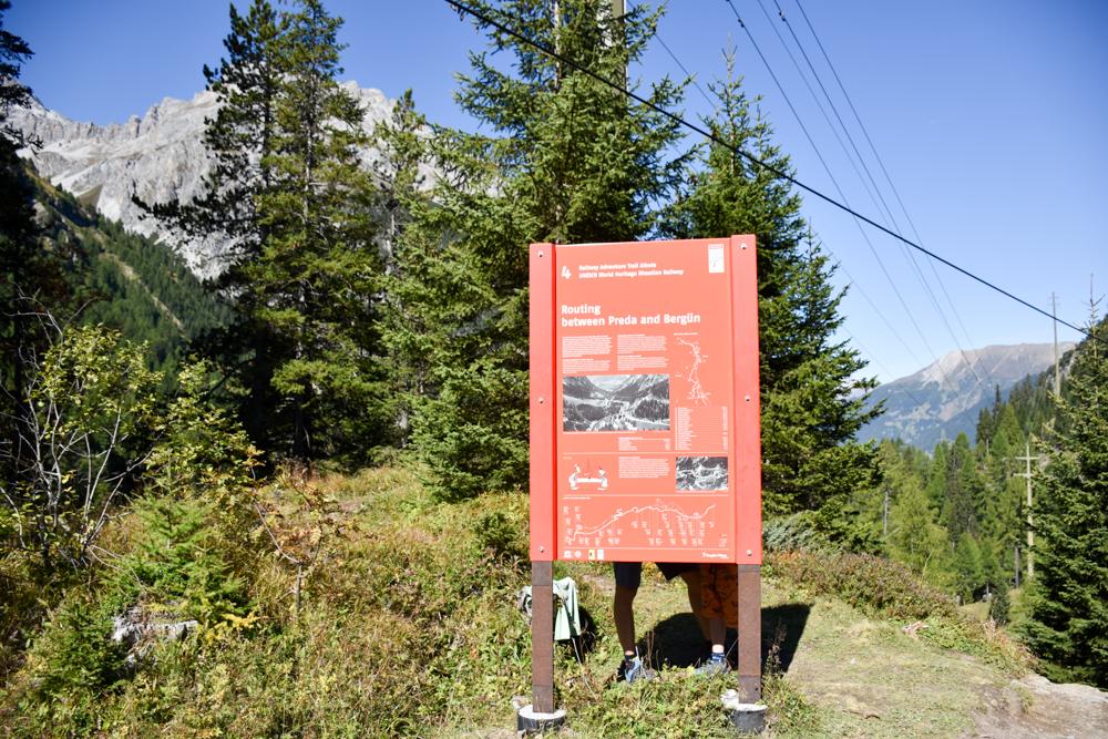 Ausflugstipp Bergün Graubünden Schweiz Informationstafeln Bahnerlebnisweg Albula